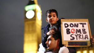 Friedensaktivisten demonstrieren in London gegen die Luftschläge Russlands im Syrienkonflikt; Foto: picture-alliance