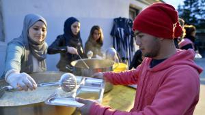 Freiwillige einer Moscheegemeinde bei der Essensausgabe für Flüchtlinge; Foto: picture-alliance/dpa/H. Neubauer