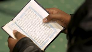 Muslim liest den Koran; Foto: Reuters/J. Roberts