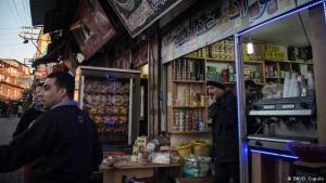 Syrische Geschäfte: Izmirs Stadtteil Basmane ist bekannt als Hochburg der Schlepper. Doch viele Flüchtlinge wollen hier bleiben und haben syrische Läden und Restaurants eröffnet. Die meisten gründen ihre Unternehmen unter dem Namen eines türkischen Freundes, sagt Mohamed Saleh, Direktor der Hilfsgesellschaft für syrische Flüchtlinge in Izmir.