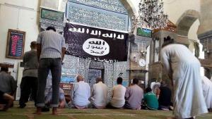 Anhänger des IS während des Gebets in einer Moschee in Mossul; Foto: dpa