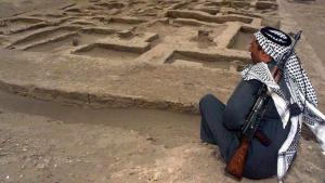 Ein bewaffneter Iraker bewacht die Ausgrabungsstätte einer neu entdeckten Siedlung der Sumerer in Umm al-Aqareb rund 300 Kilometer südlich von Bagdad; Foto: picture-alliance/dpa