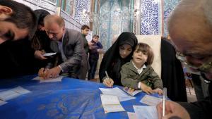 Abstimmung bei den Wahlen zum Parlament und zum Expertenrat in Teheran; Foto: Reuters/R. Homavandi