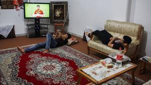 Jugendliche Flüchtlinge schauen Fernsehen; Foto: tasnimnews