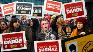 """Proteste gegen die Polizei-Stürmung und staatliche Zwangskontrolle der Zeitung """"Zaman"""" in Istanbul; Foto: picture-alliance/dpa/S. Suna"""