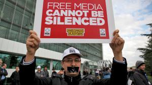 """Angestellte der Zeitung """"Zaman"""" demonstrieren vor dem Redaktionsgebäude gegen die Erstürmung ihrer Zeitung; Foto: Reuters/Zaman/K. Bayhan"""