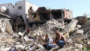 Männer hocken in den Trümmern zerstörter Häuser in Cizre; Foto: DW