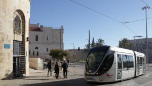 """Am Tsahal-Platz stößt die Jaffa-Straße, früher die Hauptverkehrsachse West-Jerusalems und heute eine verkehrsberuhigte Flaniermeile, auf die Mauern der """"Old-City"""" und den Ost-Teil der Stadt. Hier fährt auch die umstrittene, 2011 eingeweihte Straßenbahn vorbei und verbreitet urbanes Flair."""