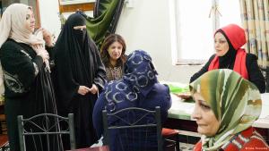 Haura aus Basra (v. links) und Samarkand aus Bagdad (r. hinten) in der Schreibwerkstatt in Basra; Foto: Inka Thunecke/DW