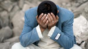 Ein jemenitischer Mann trauert um seine Familienangehörigen nach einem Luftangriff auf ein Wohngebiet in Sanaa; Foto: Reuters/M. al-Sayaghi
