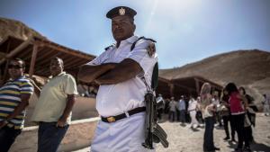 Ägyptischer Polizist im Tal der Könige; Foto: picture-alliance/dpa/O. Weiken