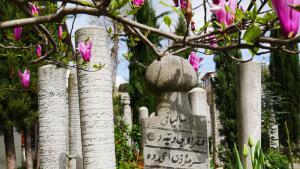 Istanbul war über Jahrhunderte nicht nur die Hauptstadt des Osmanischen Reiches, sondern auch deren spirituelles Zentrum. Hunderte von Tekkes (Sufi-Konvente) dienten am Bosporus als spirituelle Schulungs- und Versammlungsstätten.