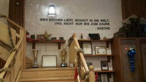 """Schild mit der Aufschrift """"Wer Bücher liest, schaut in die Welt"""" in der Deutsch-Türkischen Buchhandlung in Istanbul; Quelle: Kitabevi Café"""