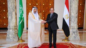 Ägyptens Präsident Abdel Fattah al-Sisi  (r.) und der saudische König Salman am 7. April 2016 in Kairo; Foto: picture-alliance/dpa/Egyptian Presidency