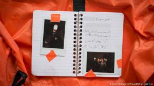 Zakaria erhielt seine Kamera am 8. Dezember 2015 in Izmir in der Türkei - einem der größten Knotenpunkte für Flüchtlinge. Der Syrer floh vor der IS-Terrormiliz und der Regierung, heißt es auf der Seite zu dem Projekt #RefugeeCameras. Seine Heimatstadt nennt er nicht, aus Sicherheitsgründen. In dem Tagebuch zu seiner Flucht notiert Zakaria, nur Gott wisse, ob er jemals zurückkehren könne.