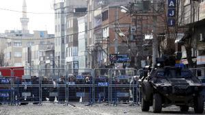 Anwohner vor militärisch abgesperrten Bezirk Sur in Diyarbakir; Foto: Reuters/S. Kayar