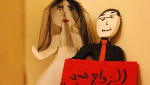 """""""Heirat ist kein Spiel"""" ist auf einem Schild im libanesischen Frauenhaus """"Al Dar"""" zu lesen. Die beiden Puppen erinnern täglich an die Gefahren von Kinderehen; Foto: Iris Mostegel"""