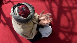 Ein Sufi betet in der Bahaduria-Sufi-Moschee in Kabul; Foto: SHAH MARAI/AFP/Getty Images