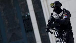Bewaffneter Polizist vor dem Gebäude des ägyptischen Presseverbandes in Kairo am 15. April 2016; Foto: Getty Images/AFP/A. Dalsh