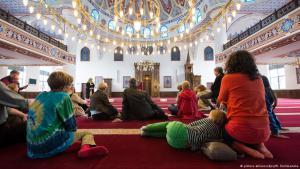 Gebetsraum der Merkez-Moschee in Duisburg am Tag der offenen Moschee; Foto: picture-alliance/dpa/M. Skolimowska
