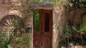 """Eine israelische Organisation namens Zochrot, die das Gedenken an die Nakba fördert, organisiert unter dem Namen """"Häuser hinter dem Trennungsstrich"""" eine Reihe kultureller Veranstaltungen. Damit soll auf die heute verblasste Vertreibung der Palästinenser aus Jaffa im Jahr 1948 ein Licht geworfen werden. Zu den Veranstaltungen zählen Stadtführungen und Hausbesichtigungen – wie die der vollständig restaurierten Inneneinrichtung eines palästinensischen Wohnhauses im """"Ghetto-Viertel"""" Ajami."""