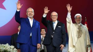 Tunesiens Präsident Béji Caïd Essebsi (m.), Ennahda-Chef Rachid al-Ghannouchi (l.) und Vizepräsident Abdelfattah Mourou (r.) auf dem Ennahda-Parteitag; Foto: FETHI BELAID/AFP/Getty Images