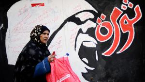 Frau passiert Revolutionsgraffiti in Kairo; Foto: Getty Images/AFP/F. Monteforte