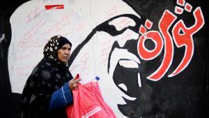 Frau passiert Revolutionsgraffiti in Kairo; Foto: Getty Images/AFP/F. Monteforte