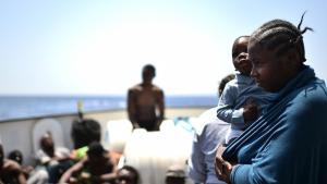 Gerettete Flüchtlinge vor der libyschen Küste; Foto: Getty Images/G. Bouys