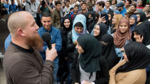 Der radikale Salafistenprediger Pierre Vogel (l.) spricht bei einer Kundgebung in Offenbach am Main; Foto: Boris Roessler/dpa