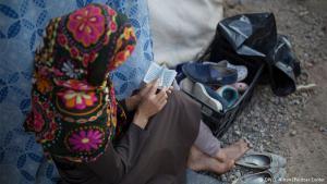 Monat der Gebete: Farida aus Afghanistan sitzt neben dem Zelt ihrer Familie und liest in den Stunden vor der Iftar-Mahlzeit, mit der die Muslime ihr Tagesfasten brechen, in einer winzigen Ausgabe des Korans. Während des Monats Ramadan verzichten die meisten Muslime tagsüber auf Nahrung und Wasser, bevor sie dann nach Sonnenuntergang ein Festmahl feiern.