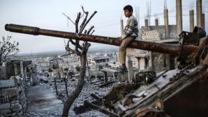 Junge auf Panzer-Wrack im zerstörten Kobanê; Foto: Getty Images/AFP/Y. Akgul