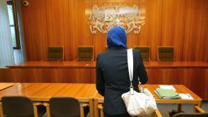 Eine Jurastudentin klagt vor dem Verwaltungsgericht Augsburg gegen Einschränkungen beim Rechtsreferendariat wegen des Tragens eines Kopftuches; Foto: Karl-Josef Hildenbrand/dpa