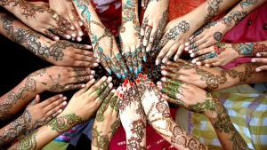 Pakistan: Mädchen zeigen ihre mit Henna verzierten Hände und Arme anlässlich der Feiern zum Ende des Ramadans (Eid ul-Fitr) im pakistanischen Multan.