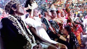 Es endet nicht immer gut: Paare bei einer Massenhochzeit in Jakarta 2015. Foto: © D+C 2016