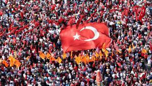 Nach dem Putsch vom 15. Juli versammeln sich Anhänger verschiedener Parteien auf dem Taksim-Platz in Istanbul; Foto: picture-alliance/AA/I. Yakut