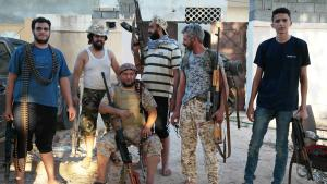 Bewaffnete Kämpfer der Anti-IS-Koalition in einem Wohngebiete von Sirte; Foto: Valerie Stocker