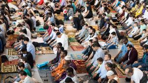 Muslime beten am 05.07.2016 in der Sporthalle Hamburg. Das islamische Zentrum Al-Nour hat ein großes Festgebet zum Ende des Fastenmonats Ramadan veranstaltet; Foto: picture-alliance/dpa/L. Schulze