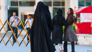 """Seit 1979 halten die Machthaber im Iran die Frauen dazu an, sich """"züchtig"""" zu kleiden. Die Kleiderordnung schreibt vor: Die Frauen müssen ihre Haare komplett bedecken und weite lange Hosen und Mäntel tragen, am besten in dunklen Farben."""
