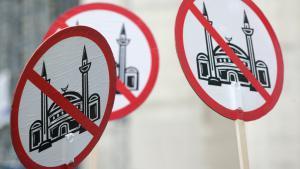 Protest-Transparente der rechtsgerichteten und islamfeindlichen Organisation Pro Köln und Pro NRW gegen den Bau der DITIB Zentralmoschee in Köln; Foto: picture-alliance/Ralph Goldmann