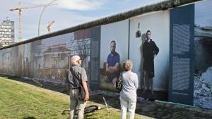 """Blick auf die Ausstellung """"War on Wall"""" an der West-Side-Gallery; Foto: Kai Wiedenhöfer"""