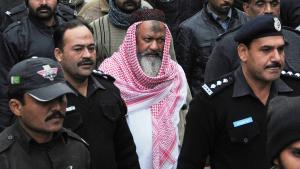 """Die pakistanische Polizei eskortiert den Anführer der """"Lashkar-e-Jhangvi"""", Maliq Ishaq, zum Obersten Gericht von Lahore; Foto: Getty Images/AFP/Str"""