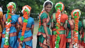 """Zeit zu feiern: Millionen nahmen am 15. August an den Feierlichkeiten zum Ende der britischen Herrschaft in Indien (die """"Raj"""" genannt wird) teil. Alle gesellschaftlichen Gruppen und Schichten beteiligten sich in Form von Tänzen, Paraden und anderen Zeremonien."""