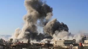 Explosionswolke über der syrischen Stadt Daraja; Foto: Getty Images/AFP/F. Dirani
