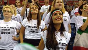 Die iranische Frauenrechtlerin Darya Safai protestiert gegen das Stadionverbot für Frauen in ihrer Heimat; Foto: Darya Safai