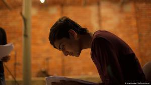 Kahel Kaschmiri probt seine Gedichte; Foto: Stefan Rottkay/The PoetryProject