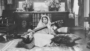 Noor Inayat Khan spielt Sitar; Foto: Verlag Heilbronn