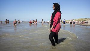 Frau im Burkini am Strand von Fort Mahon, Frankreich; Foto: picture-alliance/Photopgr/Le Parisien/Arnaud Dumontier