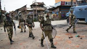 Indische Paramilitärs patroullieren nach anti-indischen Ausschreitungen durch das von Indien kontrollierte Srinagar in Kaschmir; Foto: picture-alliance/AP/D. Yasin
