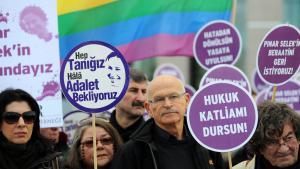 Wallraff während einer Solidaritätsdemo für die türkische Soziologin  Pinar Selek im Januar 2013; Foto: B.Kilic/AFP/Getty Images